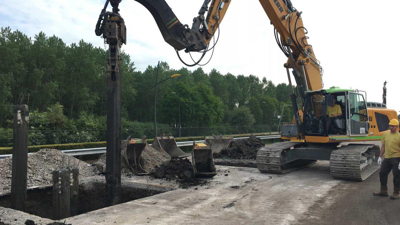 Van Schie verwijdert betonpaal